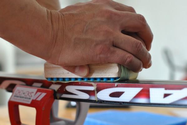 Handbuerste hart mit Papierhandtuch umwickelt zum Reinigen des Belags